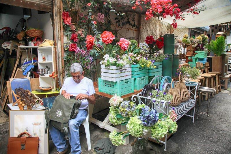 Möblemang och annan personal shoppar in på den Jaffa loppmarknaden i telefon Av arkivbild