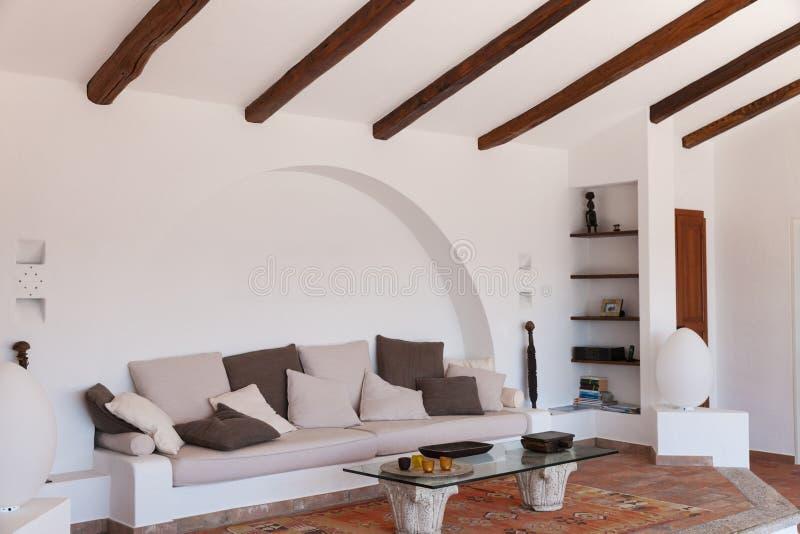 Möblera vardagsrum royaltyfri bild