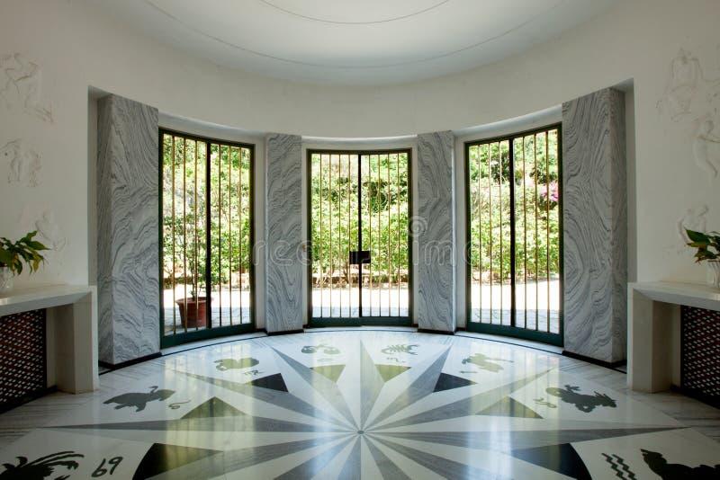 Möblerad villa för inre Elegant entrace arkivbild