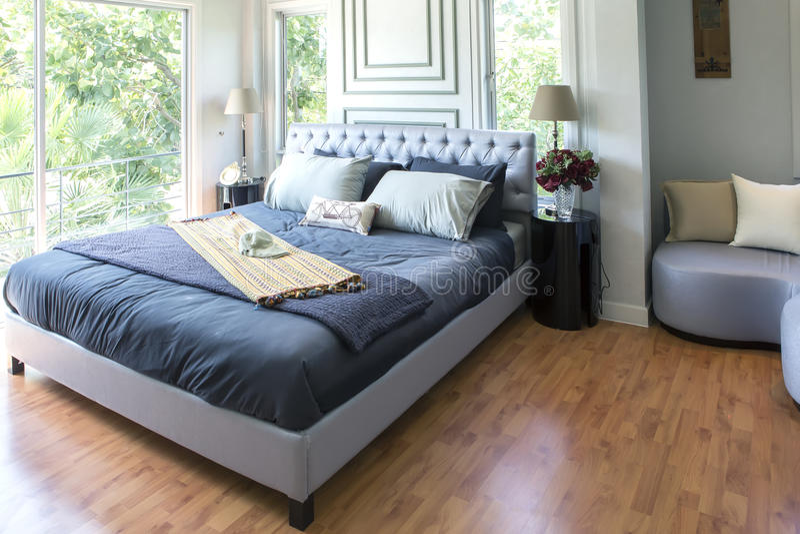 Möblerat ledar- sovrum i nytt lyxhem arkivbilder
