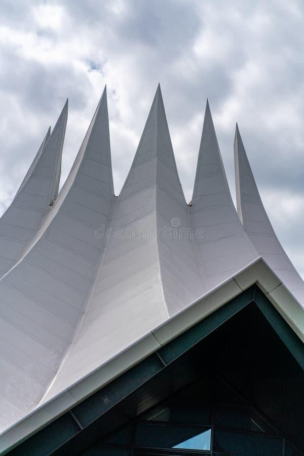 Möckernstrasse, Berlin, Allemagne - 7 juillet 2019 : toit pointu du Tempodrom image stock