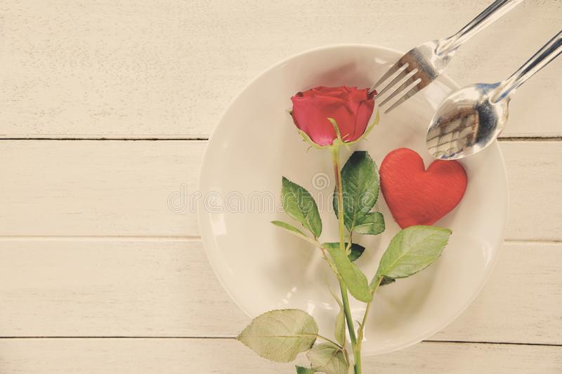 Mögen romantische Liebesnahrung des Valentinsgrußabendessens und Konzept kochen - das romantische verzierte Gedeck lizenzfreies stockbild