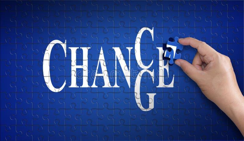 Möglichkeit, Wort auf Puzzlen zu ändern Mannhand, die ein Blau hält lizenzfreies stockfoto