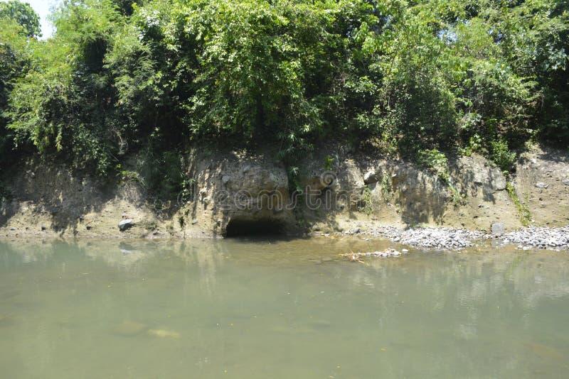 Möjlig tunnel på den Ruparan flodstranden, barangay Ruparan, Digos stad, Davao del Sur, Filippinerna royaltyfria foton