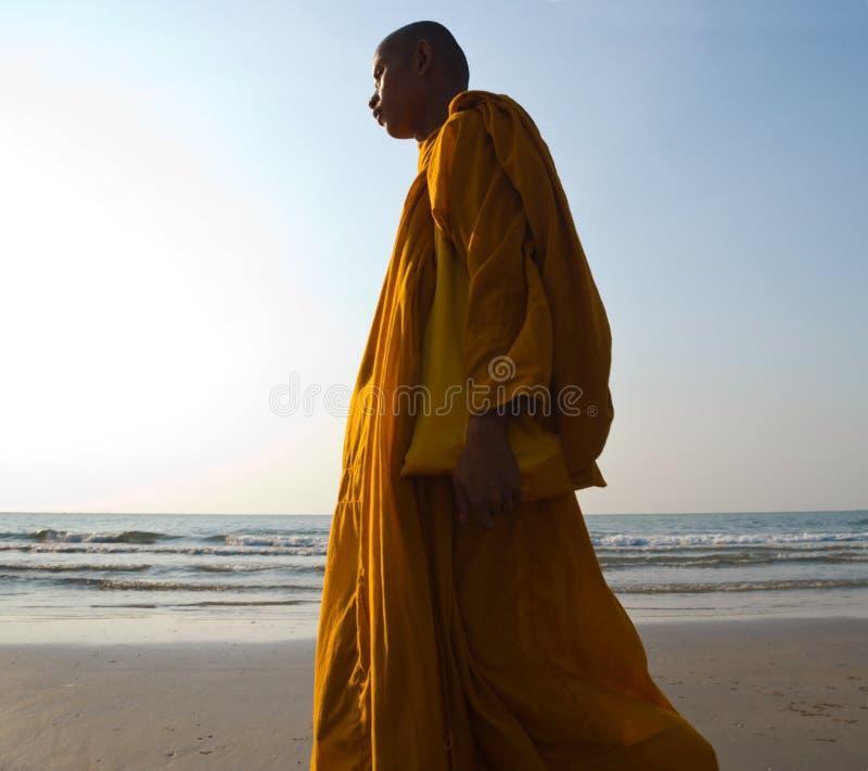 Mönch auf dem Strand lizenzfreies stockfoto