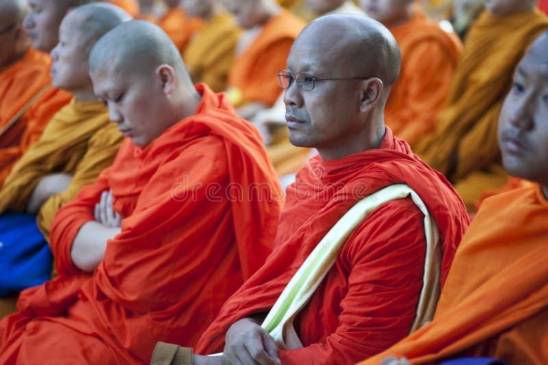 Mönch an der Almosen-Zeremonie stockfotos