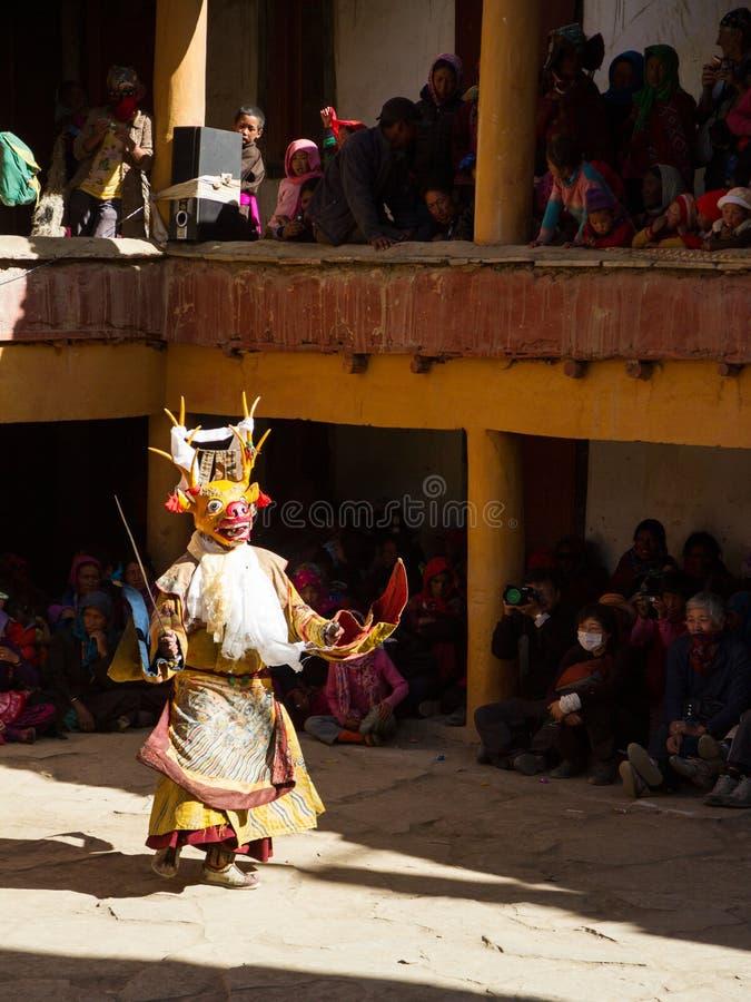 Mönch in der Rotwildmaske mit mit Klinge führt religiösen Geheimnistanz des tibetanischen Buddhismus durch stockfotos