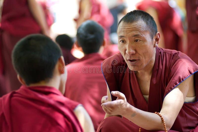 Mönche, die in den Seren Kloster, Tibet debattieren stockfotografie