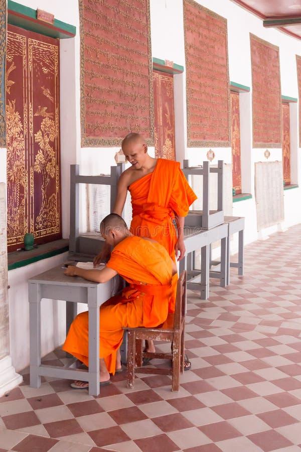 Mönche, die in phra phatom chedi Tempel Thailand studieren stockfotografie