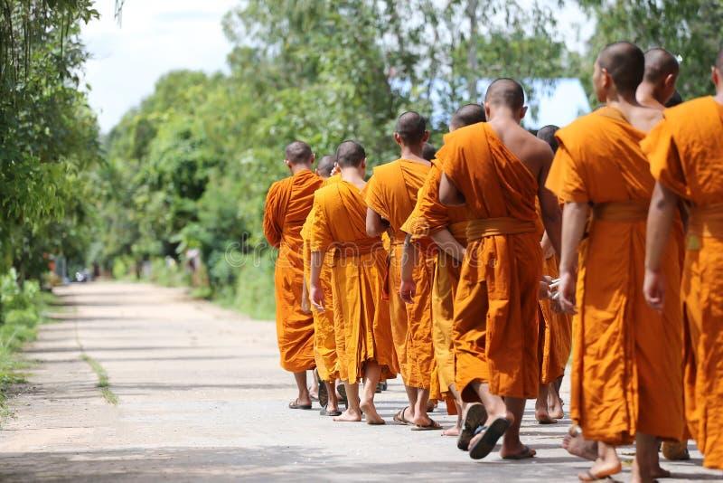 Mönche gingen auf die Straße für Kopf zum Tempel stockfoto