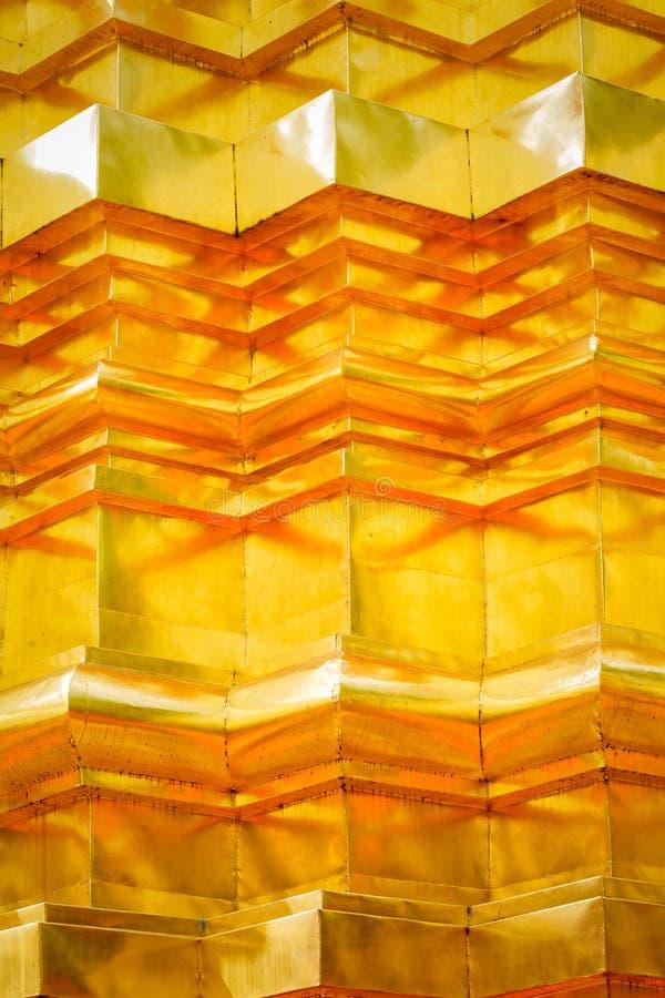 Mönstra och textur av den guld- stuckaturtekniken på thai pagodyttersida arkivbilder