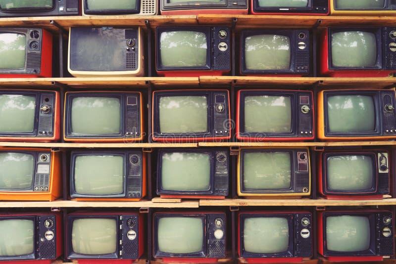 Mönstra väggen av färgrik retro televisionTV för högen royaltyfria bilder