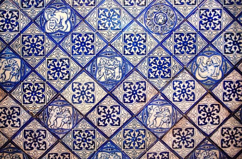 Mönstrad spansk design av den gamla hustegelplattan Historisk vägggarnering i Spanien arkivbilder