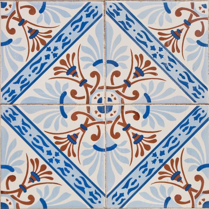 Mönstrade kulöra tegelplattor på hussymbol av Lissabon Europeisk autentisk stil arkivfoto