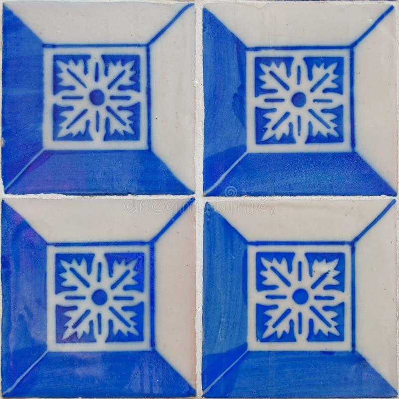 Mönstrade kulöra tegelplattor på hussymbol av Lissabon Europeisk autentisk stil arkivfoton