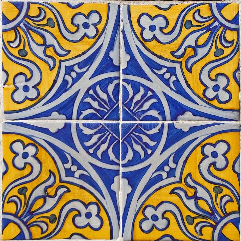 Mönstrade kulöra tegelplattor på hussymbol av Lissabon Europeisk autentisk stil royaltyfria foton