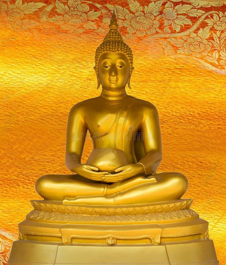 Mönstrar den guld- statyn för Buddha på guld- bakgrund Thailand. royaltyfri fotografi