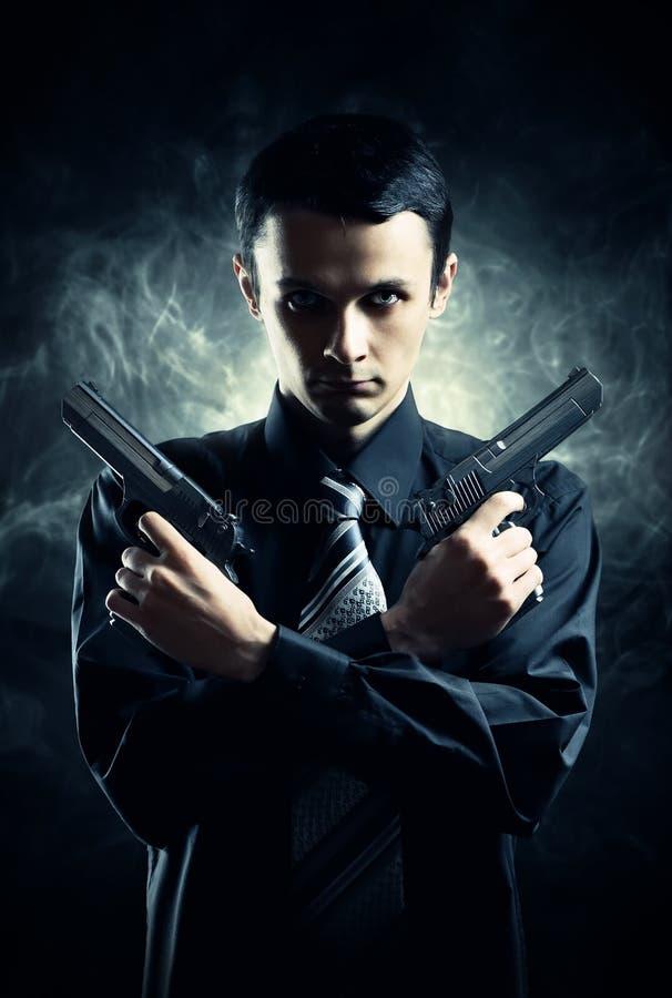 Mördare med två pistoler royaltyfri foto