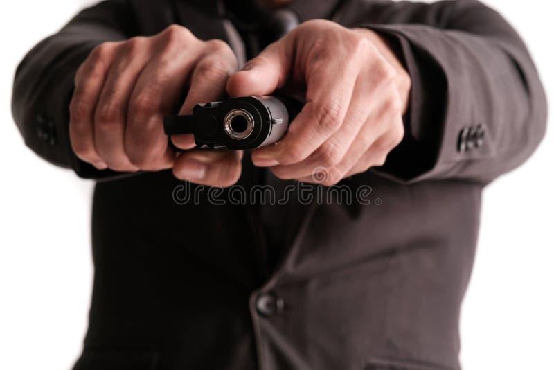 Mördare med vapenfokusen på vapnet royaltyfri bild
