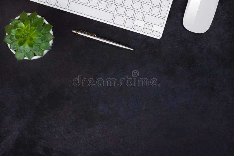 Mörk affärsbakgrund Bästa sikt för kontorstabell med kopieringsutrymme fotografering för bildbyråer