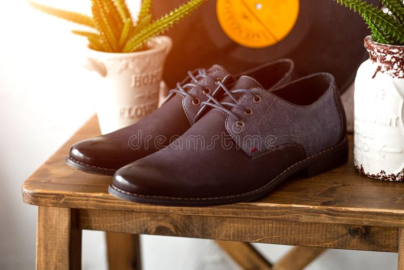Mörk affärsman - blåa skor på trätabellen Fahion stillebenkängor royaltyfri foto