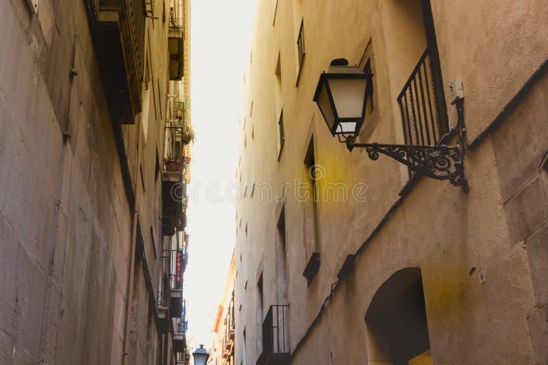 Mörk atmosfär med en bränning sol ovanför byggnaderna i en st arkivbilder