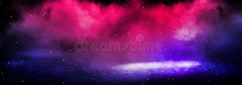 Mörk bakgrund av det strålkastare, blå och röd neonet för gata, för tjock dimma, arkivfoton