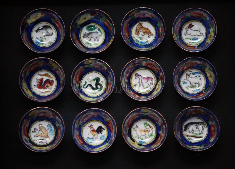 Mörk bakgrund för kinesisk zodiakteckenkopp arkivfoton