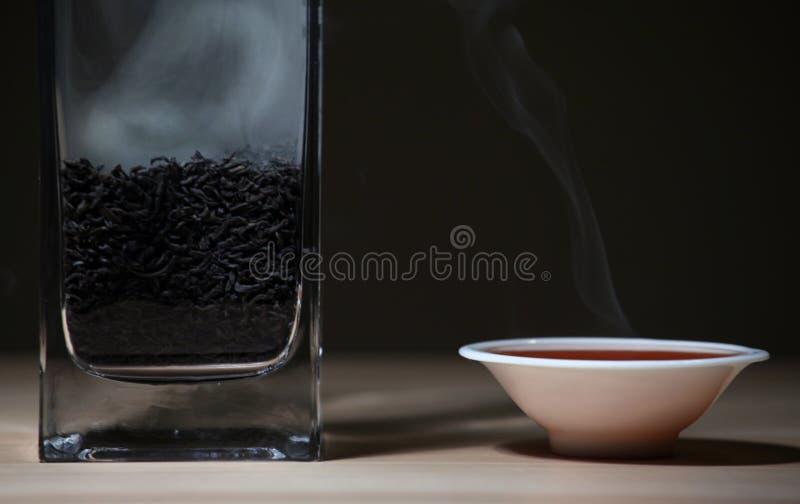 Mörk bakgrund för svart varm kinesisk för tekopp tabell för rök träinget royaltyfri foto