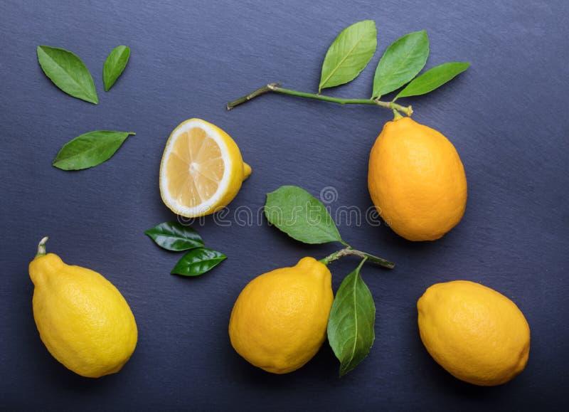 Mörk bakgrund med citroner på stentabellen arkivbilder