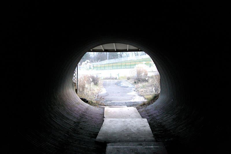 Mörk bana för tunnelrör arkivbilder