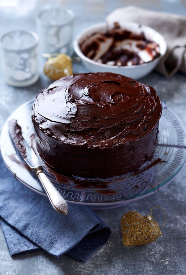 Mörk chokladkaka med chokladglasyr för jul royaltyfria foton