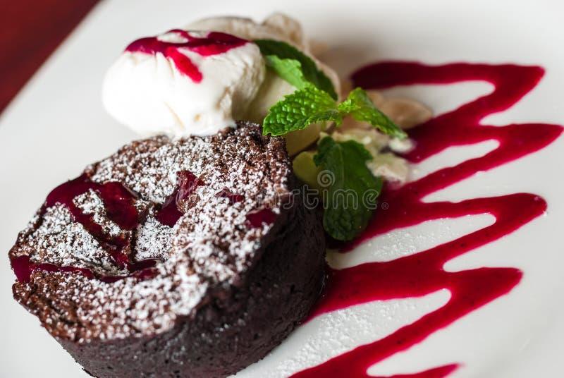 Mörk chokladkaka med Vanila glass arkivfoton