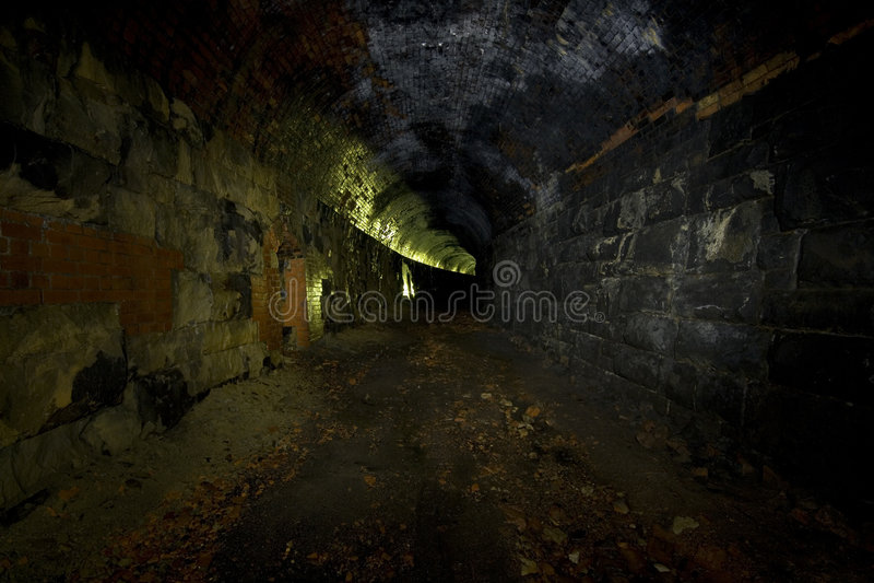 mörk disused järnväg tunnel arkivbilder