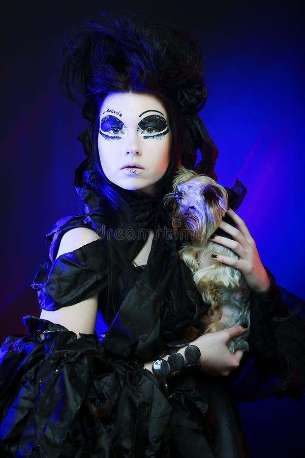 Mörk drottning med den små hunden royaltyfri fotografi