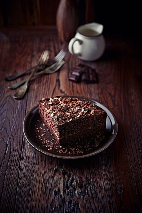 Mörk espressokaka med chokladglasyr royaltyfri foto