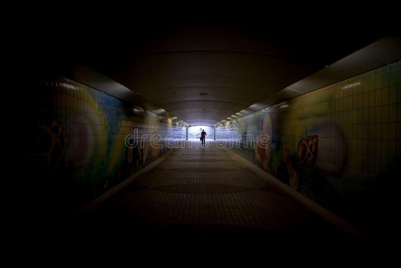 Mörk fot- tunnel med en gångare, Abu Dhabi arkivfoto