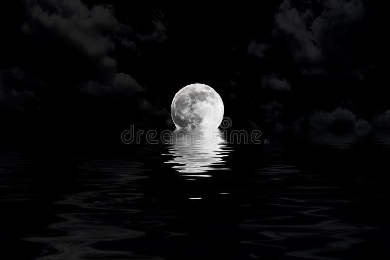 Mörk fullmåne i moln med vattenreflexion arkivbild