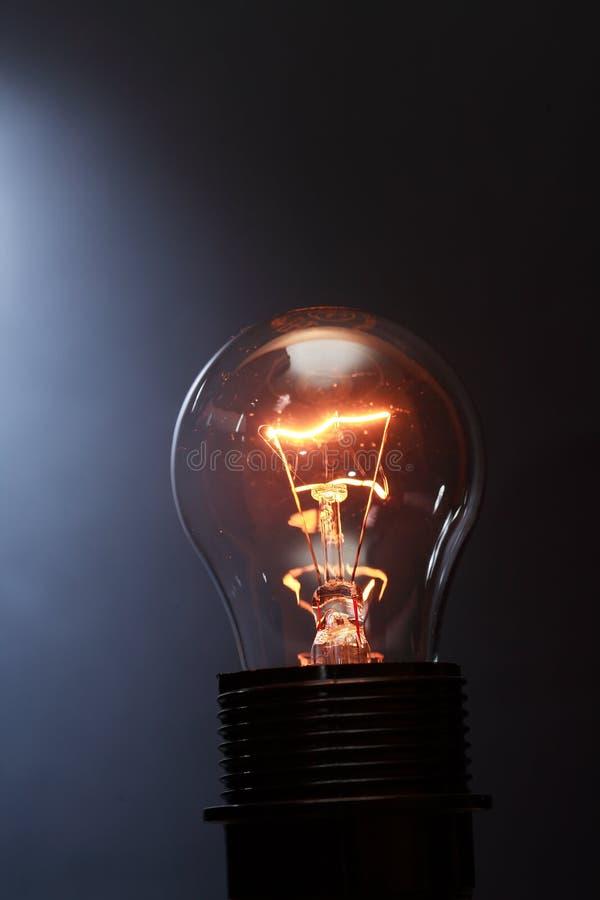 mörk glödande lampa fotografering för bildbyråer