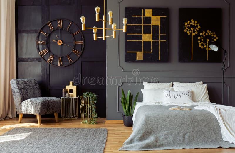 Mörk grå sovruminre med stöpningen och painti fotografering för bildbyråer
