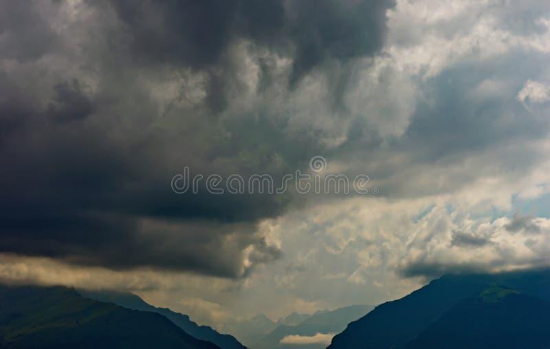 Mörk himmel över bergen av Kaukasuset royaltyfria bilder