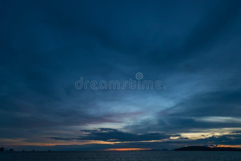 Mörk himmel med regnmoln över havet royaltyfria foton