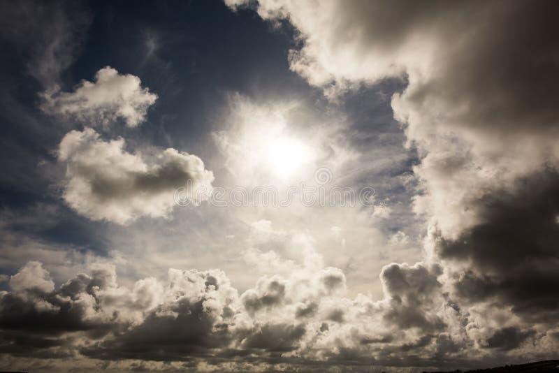 Mörk himmel med vita moln vektor illustrationer