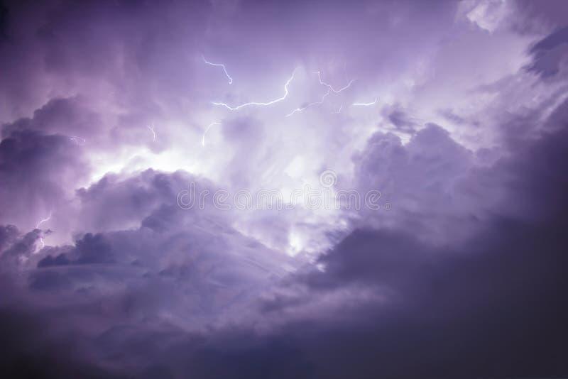 Mörk himmel- och molnstorm med blixt fotografering för bildbyråer