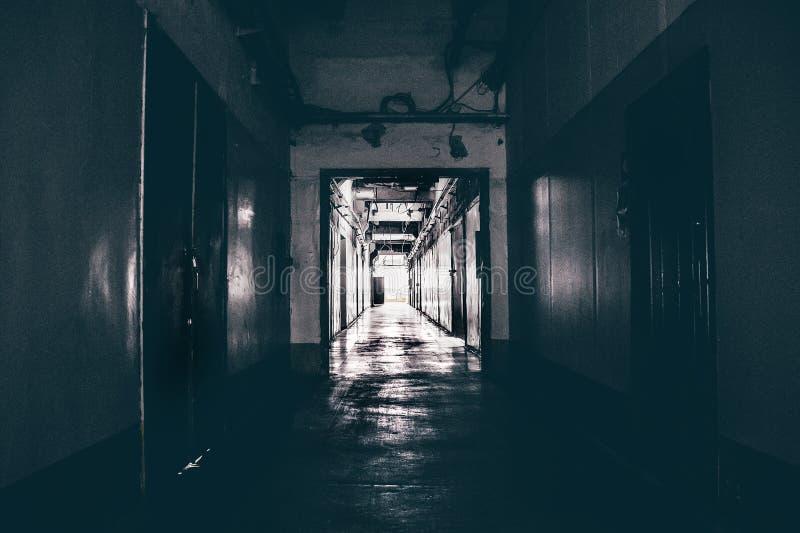 Mörk korridor i byggnad, dörrar, perspektiv arkivfoto