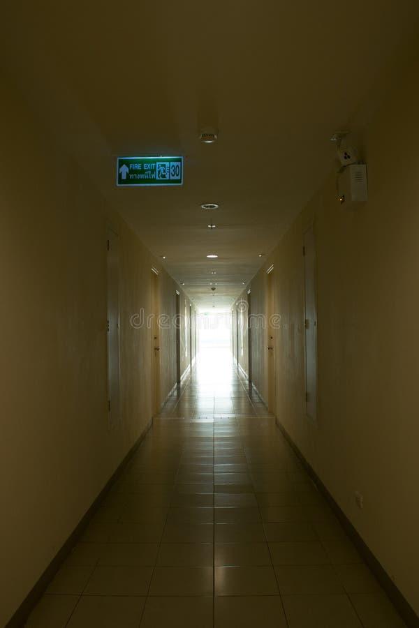 Mörk korridor med solljus, i moring arkivfoton