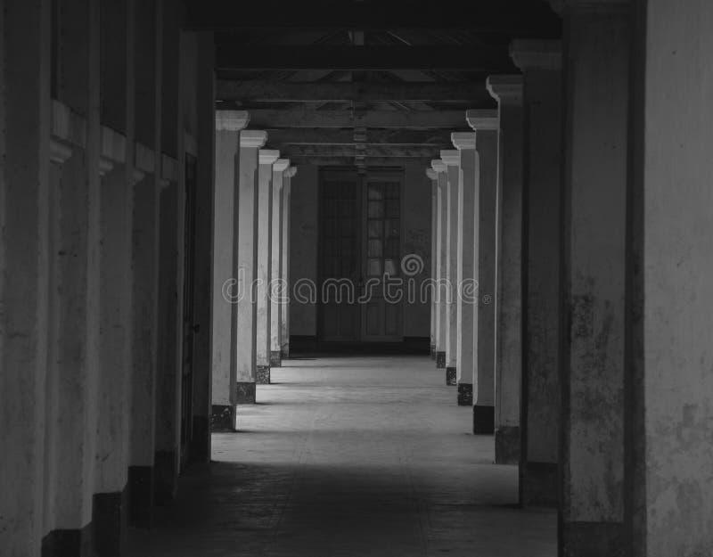Mörk korridor på denstil byggnaden i Dalat, Vietnam arkivbild