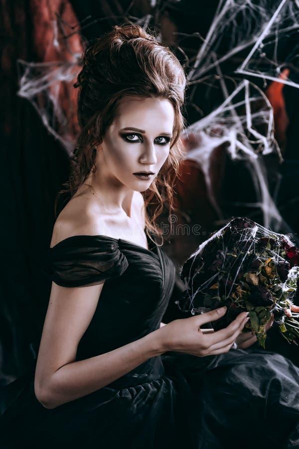 Mörk kvinna i svart royaltyfri fotografi