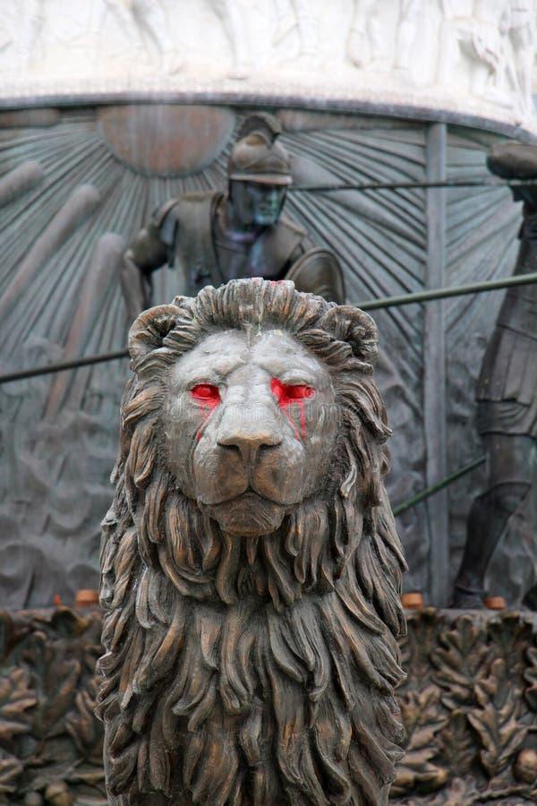 mörk lion med röd målarfärg på ögon arkivbilder