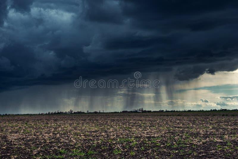 Mörk molnig himmel som meddelar stormen arkivfoton